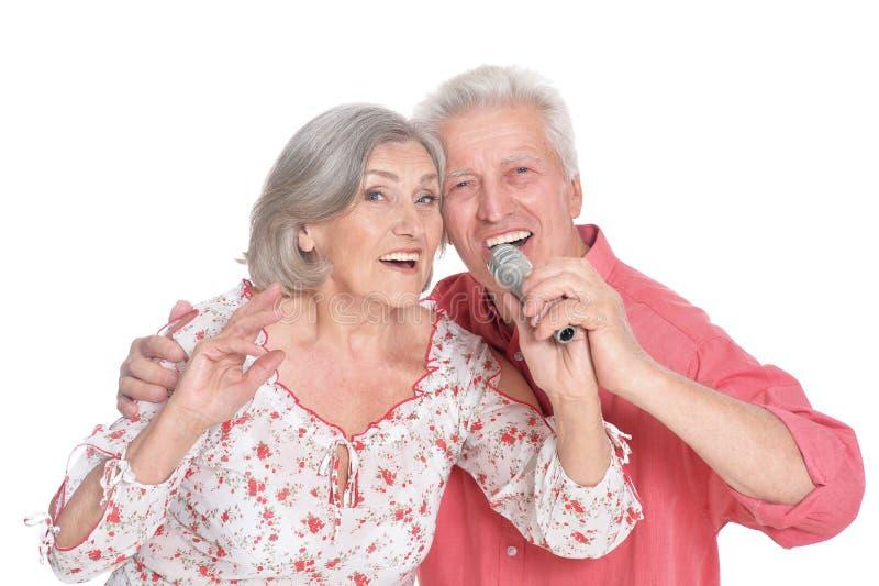 Sjungande karaoke för höga par arkivfoto