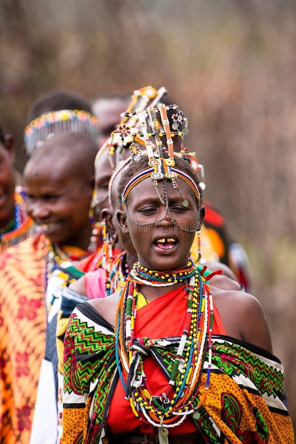 sjungande kvinnor för maasai arkivfoto