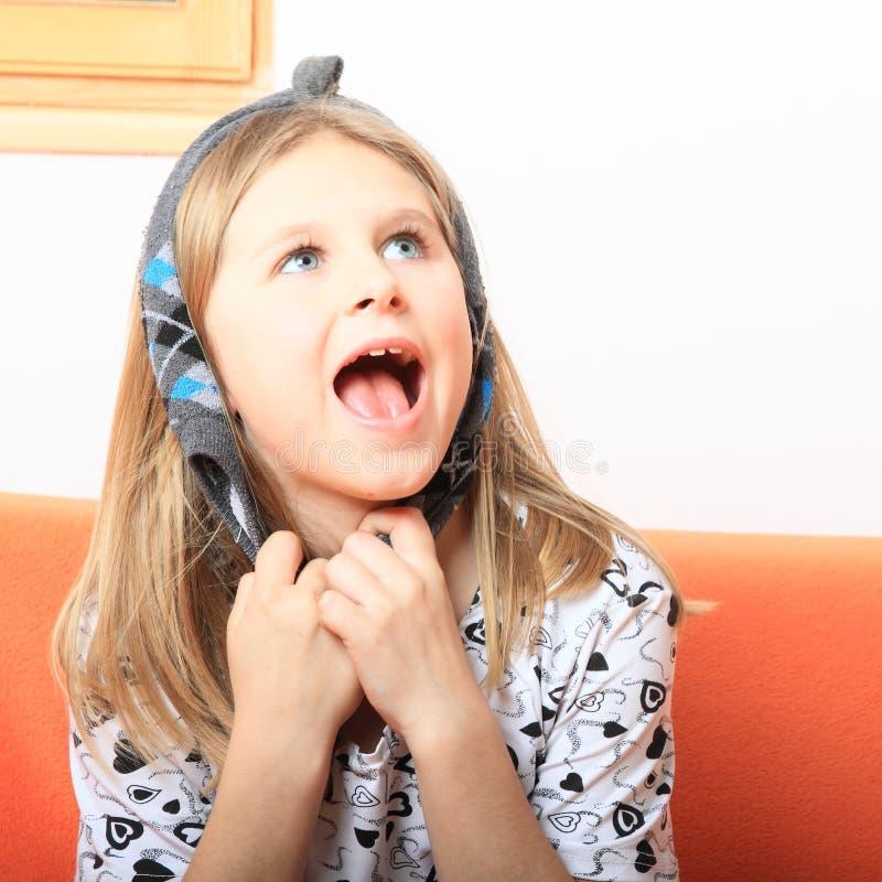 Sjungande liten flicka arkivbild