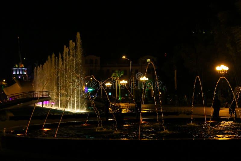 Sjungande och dansa springbrunnar på den Batumi boulevarden royaltyfri bild