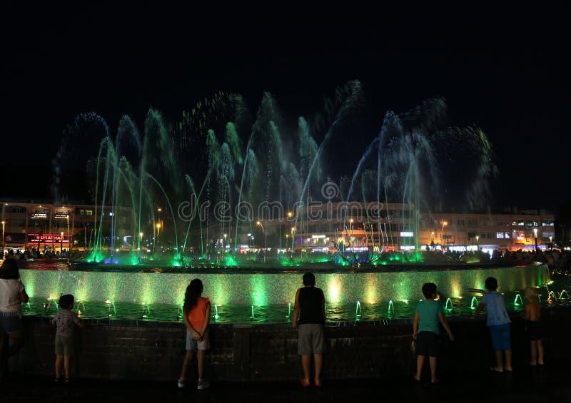 Sjungande springbrunn på natten i den Marmaris staden, Turkiet arkivbilder