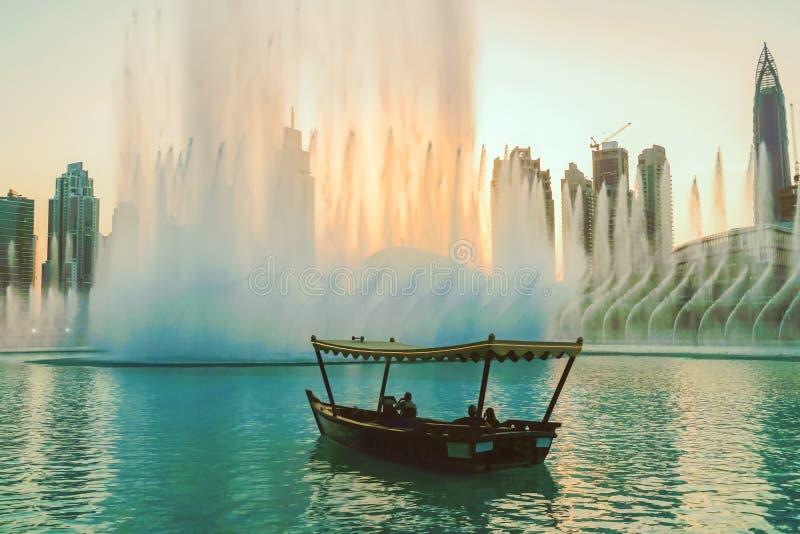 Sjungande springbrunnar för Dubai promenad på bakgrunden av arkitektur arkivbild