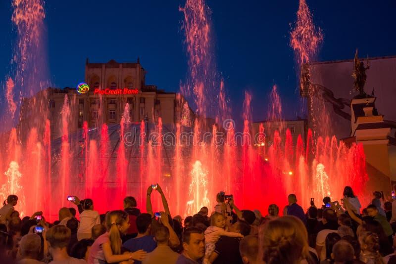 Sjungande springbrunnar på på den Maidan Nezalezhnosti självständigheten S royaltyfria bilder