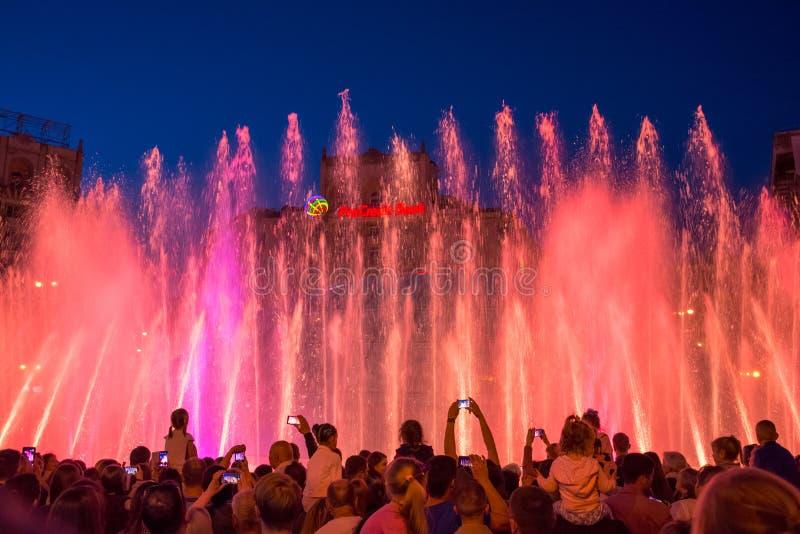 Sjungande springbrunnar på på den Maidan Nezalezhnosti självständigheten S royaltyfri foto