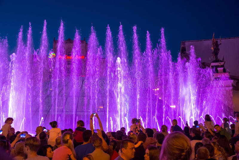 Sjungande springbrunnar på på den Maidan Nezalezhnosti självständigheten S arkivbild
