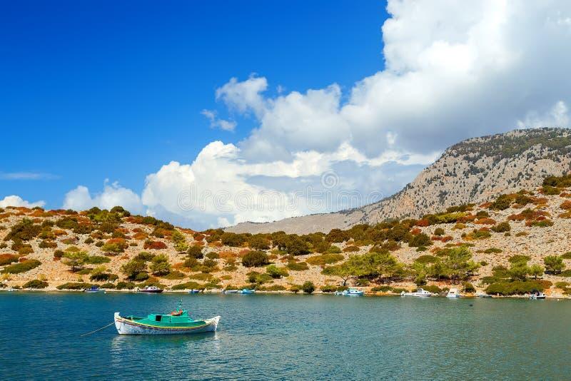 Sjunkande segelbåt i grunt vatten efter en storm på den Simi ön Grekland Europa arkivbilder