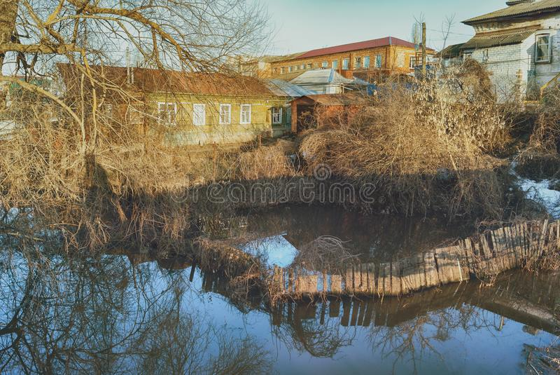 Sjunken under-vattenstaketträdgård Översvämmat under vårfloden av de förorts- husen för Hoper flod royaltyfria foton