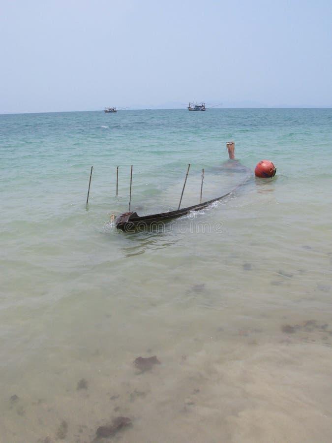 sjunket fartyg i grunt vatten av kust av Krabi Thailand royaltyfri bild