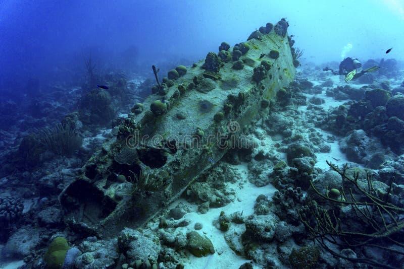 Sjunket skepp med dykaren arkivbilder
