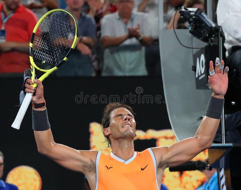 Sjutton gånger den Grand Slam som mästaren Rafael Nadal av Spanien firar seger efter hans semifinalmatch på australiska 2019, öpp arkivbilder