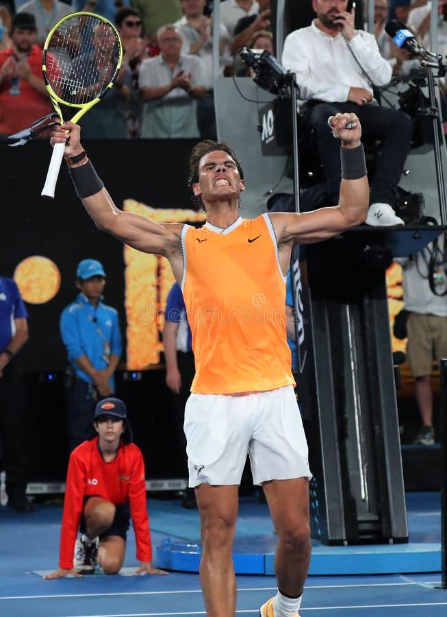 Sjutton gånger den Grand Slam som mästaren Rafael Nadal av Spanien firar seger efter hans semifinalmatch på australiska 2019, öpp fotografering för bildbyråer
