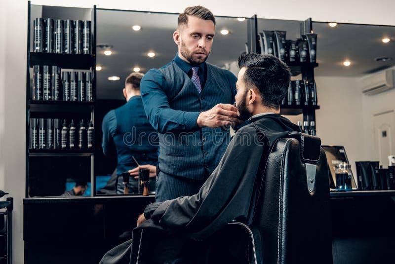 Skägg för man` som s ansar med den elektroniska skäggbeskäraren royaltyfria bilder