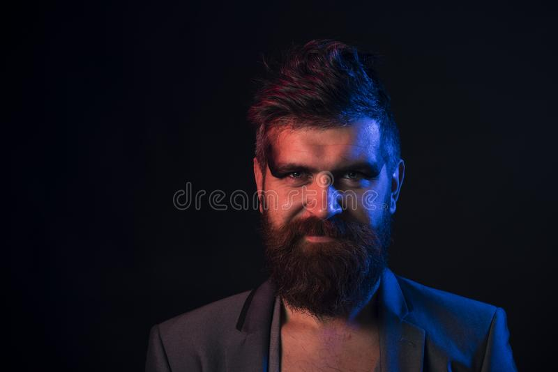 Skäggbegrepp Man med det långa skägget och mustaschen Hipster med skägget på orakad framsida Omsorg och ansa för skägg Stilar til arkivfoto
