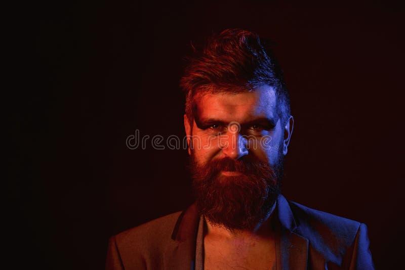 Skäggbegrepp Man med det långa skägget och mustaschen Hipster med skägget på orakad framsida Omsorg och ansa för skägg Stilar til arkivbild