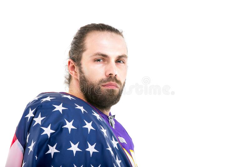 Skäggig amerikansk fotbollsspelare med nationsflaggan, stående royaltyfria foton
