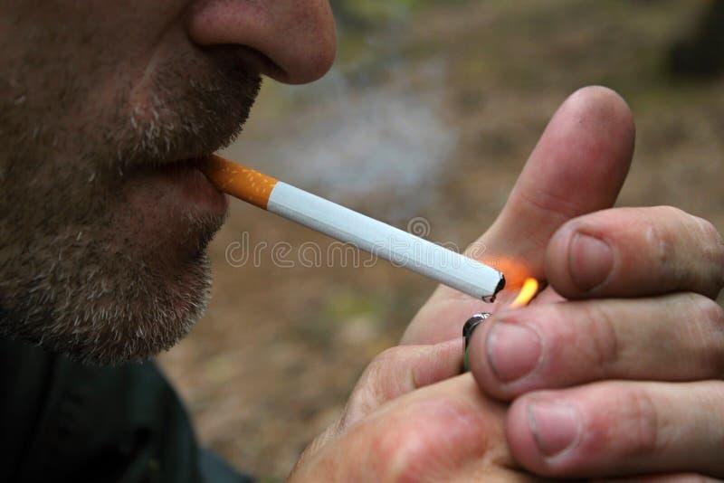 Download Skäggig cigarettmanrökning fotografering för bildbyråer. Bild av ondska - 19781541