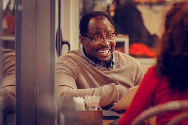 Skäggig emotionell fader som framme sitter av hans dotter arkivbild