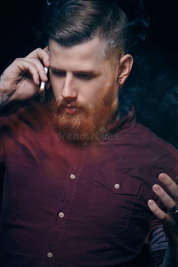 Skäggig freaky grabb som röker cigarren royaltyfri bild