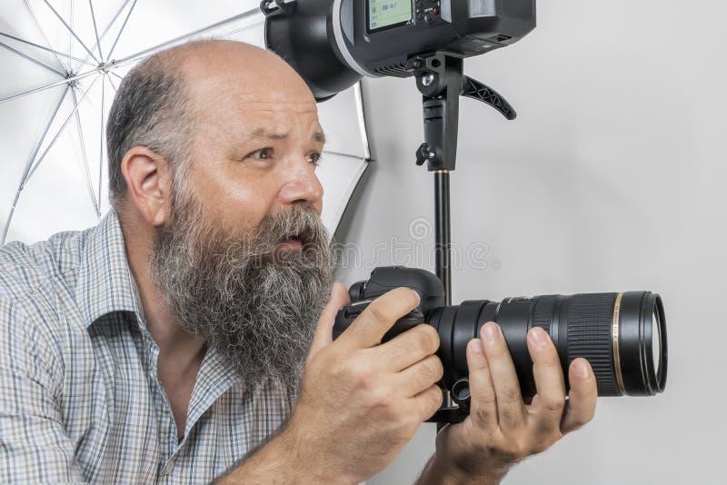 skäggig hög fotograf på arbete fotografering för bildbyråer