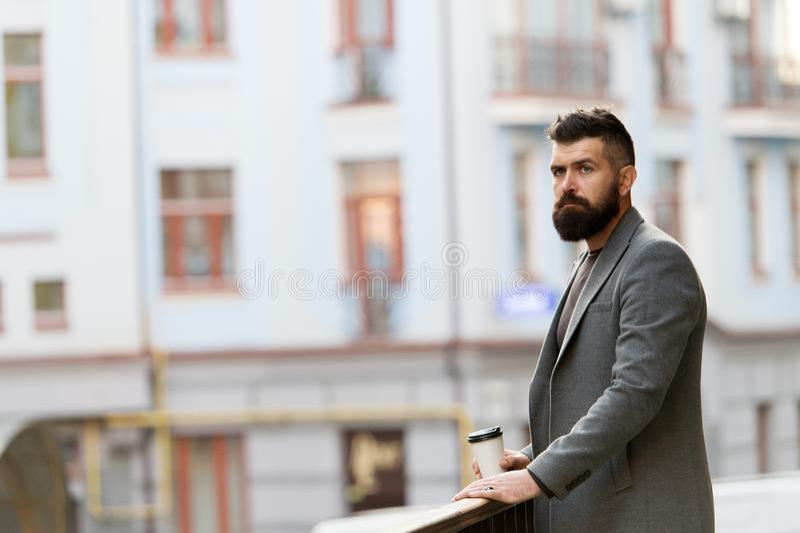 Skäggig hipster för man som dricker kaffepapperskoppen En mer smutt av kaffe Tycka om kaffe på gå Affärsman väl royaltyfria bilder
