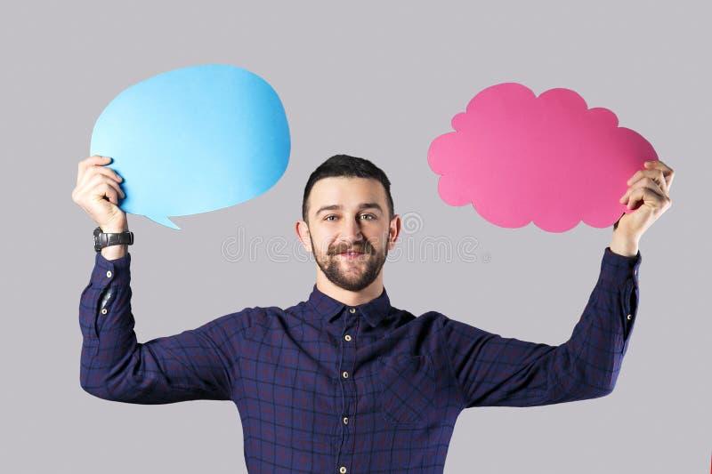 Skäggig hipstergrabb med meddelandeasken i händer arkivfoton