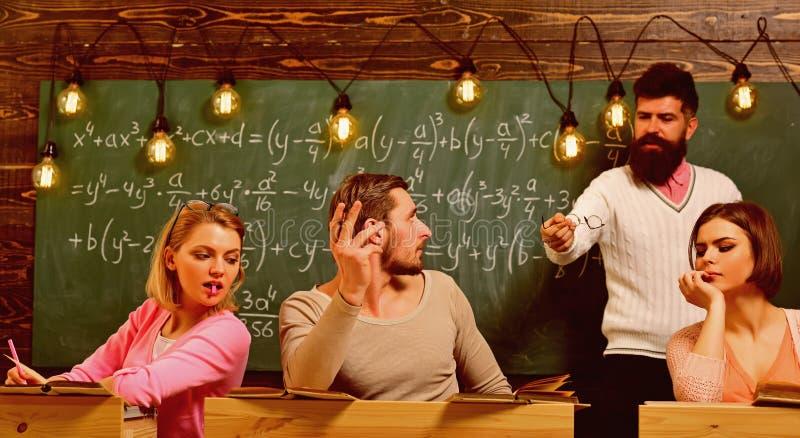 Skäggig lärare, föreläsare, hållande ögonen på studenter för professor under provet, examen, kurs Fusk på provbegrepp Studenter g royaltyfria bilder