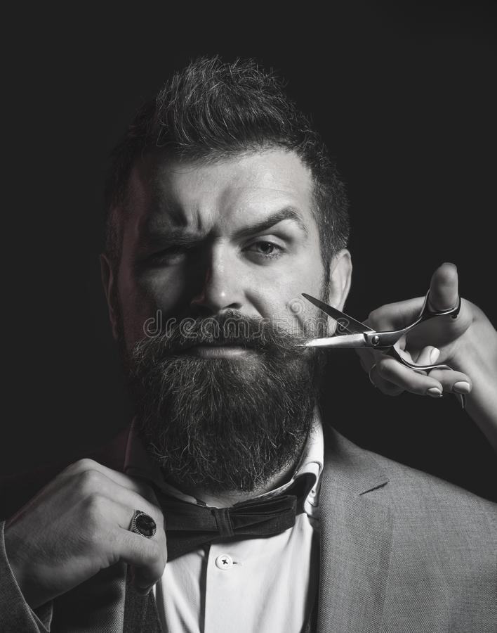 Skäggig man, långt skägg, brutal caucasian hipster med mustaschen Manfrisyr i barberare shoppar Barberaresax som är rak royaltyfri bild