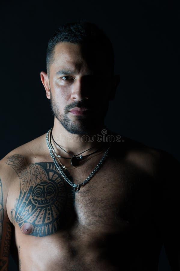 Skäggig man med den tatuerade bröstkorgmannen med den sexiga muskulösa torson Färdig modell med tatueringdesign på hud Idrottsman arkivbild