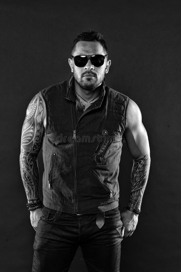 Skäggig man med tatueringen på starka armar Tatueringmodell med skägget på orakad framsida Tatuerad man med biceps och triceps royaltyfria foton