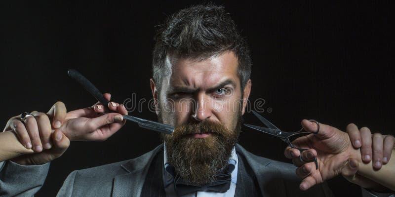 Skäggig man, skäggig man Ståendeskäggman Barberaresaxen och den raka rakkniven, barberare shoppar Tappningfrisersalong royaltyfri fotografi