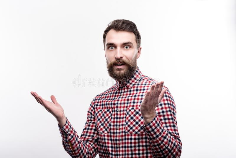 Skäggig ung man som ser chockad om något fotografering för bildbyråer