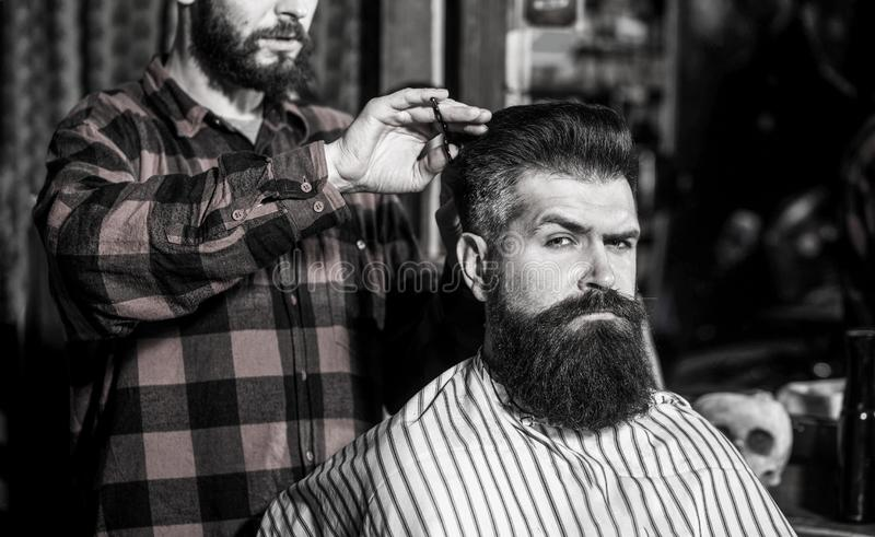 Skäggman i frisersalong Fris?rportionklienten p? barberaren shoppar, upps?kte Frisör skäggig man Tappning royaltyfria foton