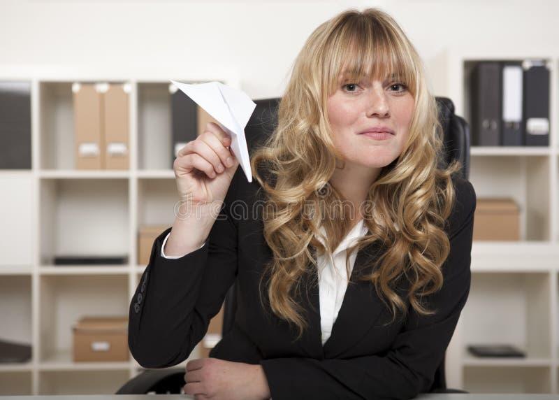 Skämtsam affärskvinna med en pappers- nivå royaltyfria foton