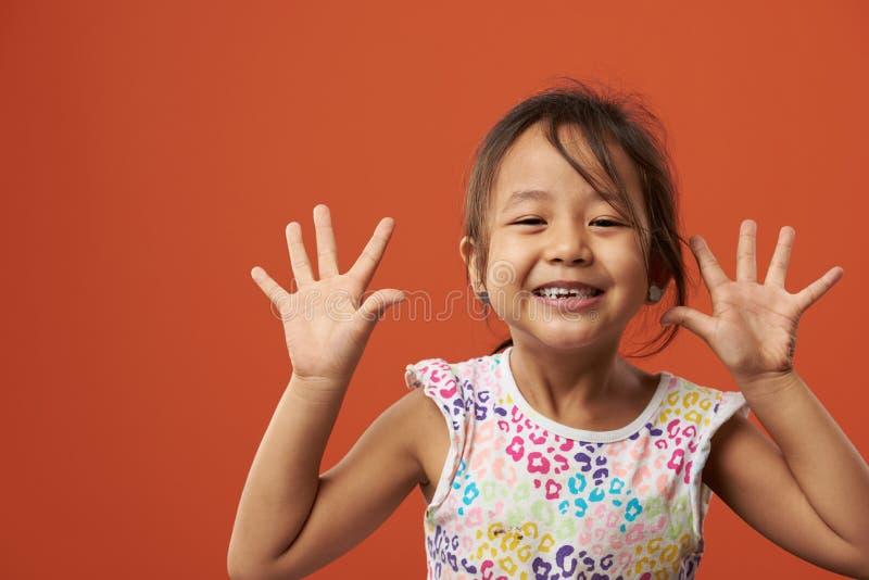 Skämtsam asiatisk flickastående royaltyfri fotografi