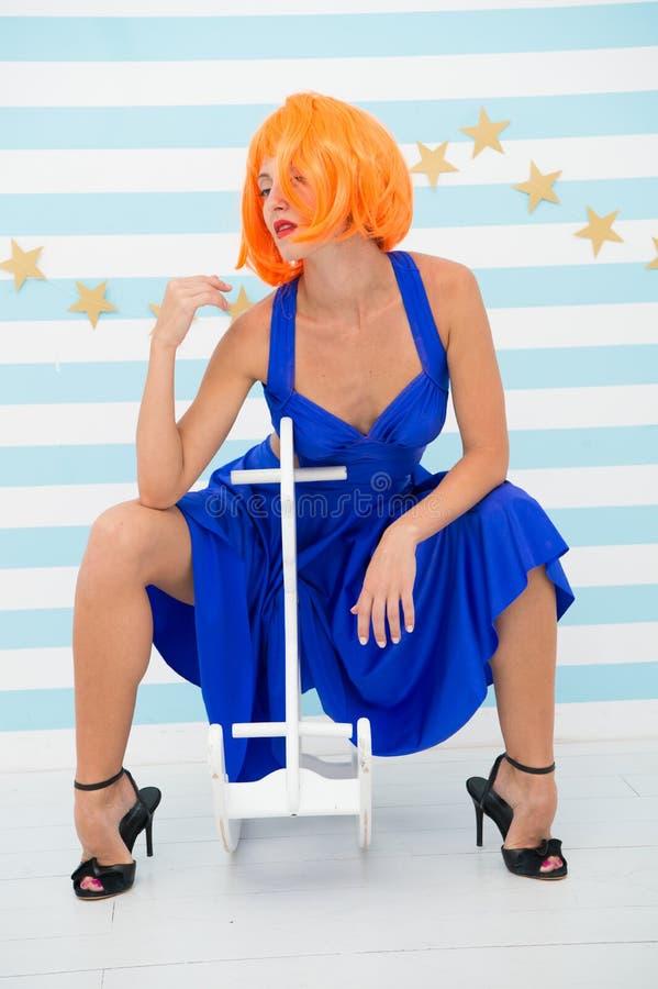 Skämtsam dockaflicka med galen modeblick Modeflicka med orange hår som har gyckel Galen flicka kvinna i blick av dockan arkivfoton
