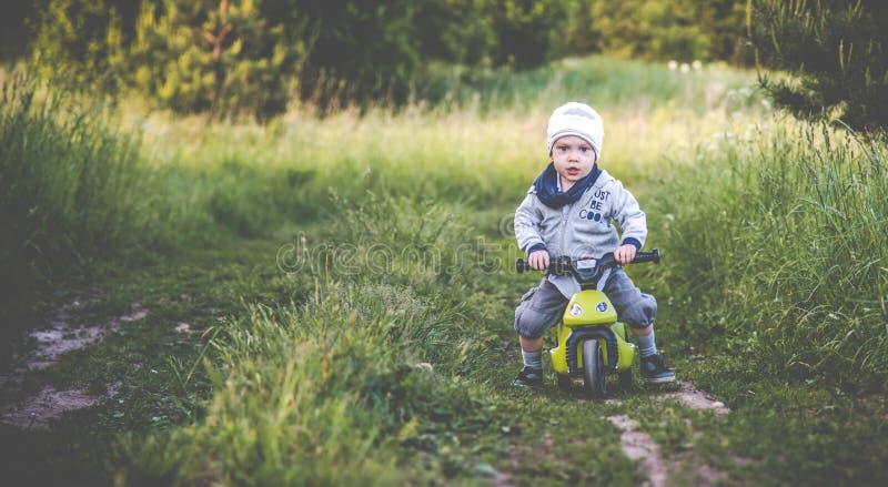 Skämtsam litet barnpojke i natur arkivbild