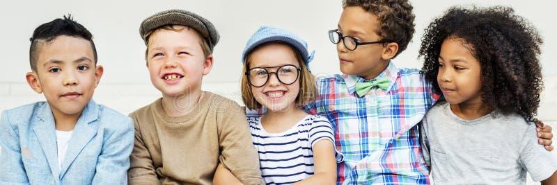 Skämtsam lycka för barnkamratskapsamhörighetskänsla arkivbild
