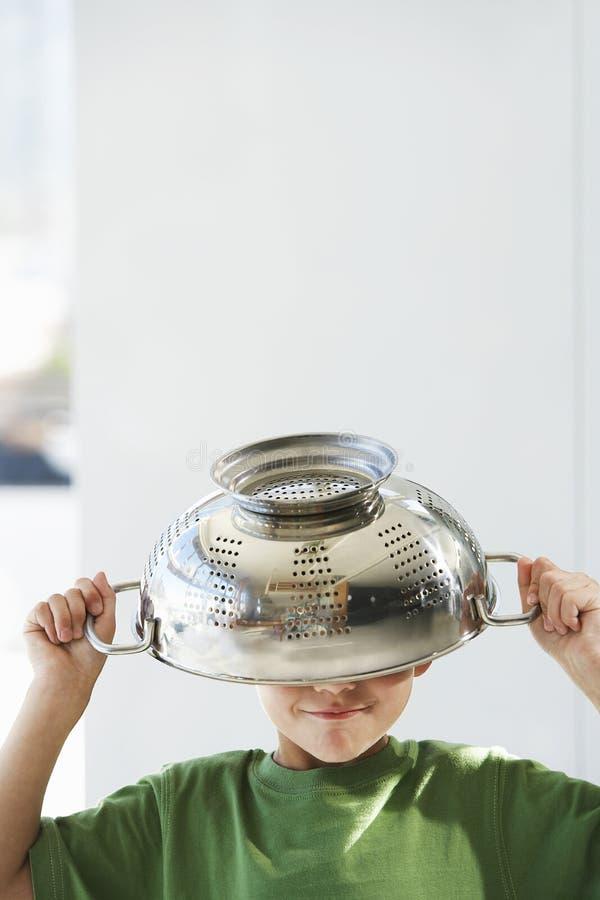 Skämtsam pojke med durkslaget på huvudet royaltyfria foton