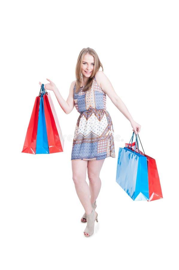 Skämtsam ung shopaholic tyckande om fritid och koppla av på shoppien royaltyfri fotografi