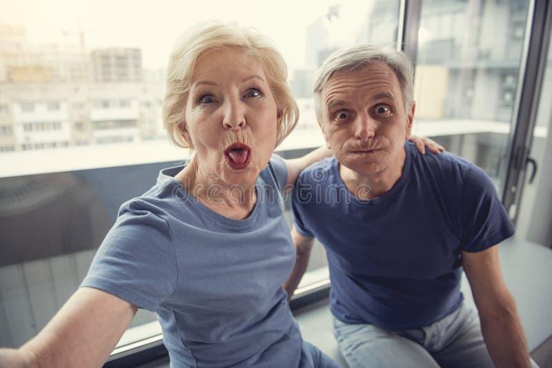 Skämtsamma pensionärer som gör det roliga fotoet arkivbilder