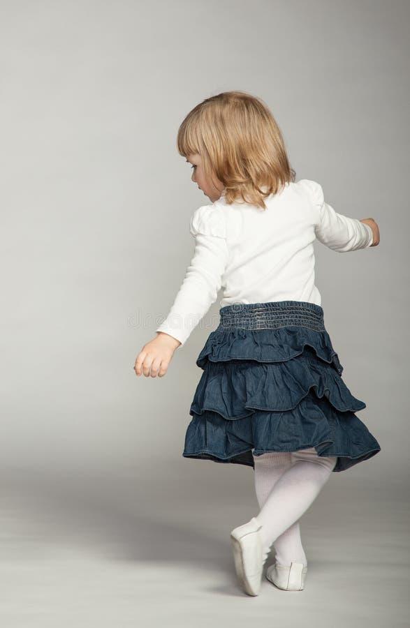 Skämtsamt behandla som ett barn flickadansen arkivbild