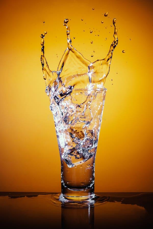 skära i tärningar plaska vatten för glass is arkivbilder