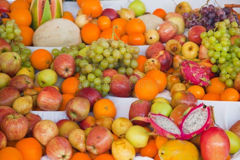 Skärm av blandad ny tropisk frukt arkivbilder