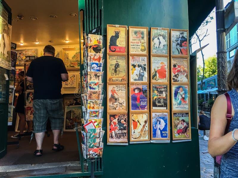 Skärm av den färgrika souvenir skrivar ut i en shoppa i Montmartre i Paris arkivbilder
