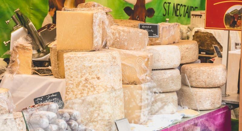 Skärm av franska ostar och korvar på en gatamarknad arkivfoton