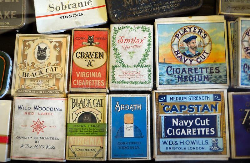 Skärm av gamla cigarettpaket royaltyfria bilder