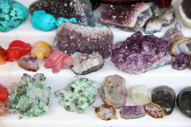Skärm av olika ädelstenar och mineraler royaltyfria bilder