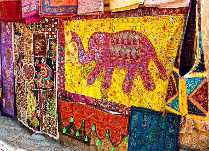 Skärm av souvenir på en stadsgata shoppar i Jaisalmer, Rajasthan, Indien P arkivbilder