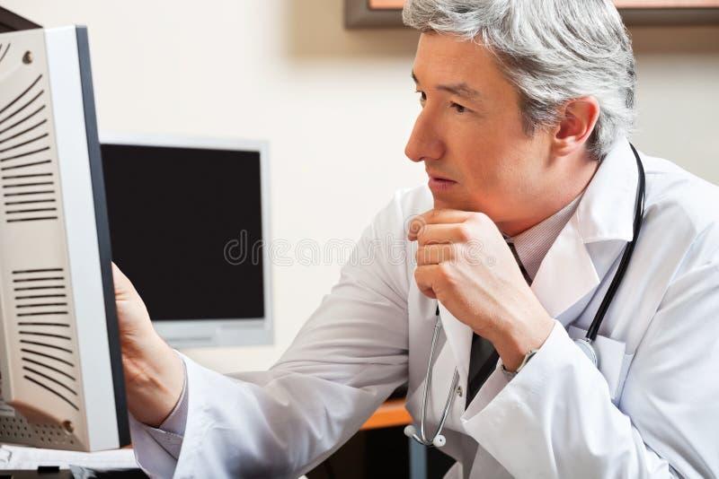 Skärm för doktor Looking At Computer arkivfoto