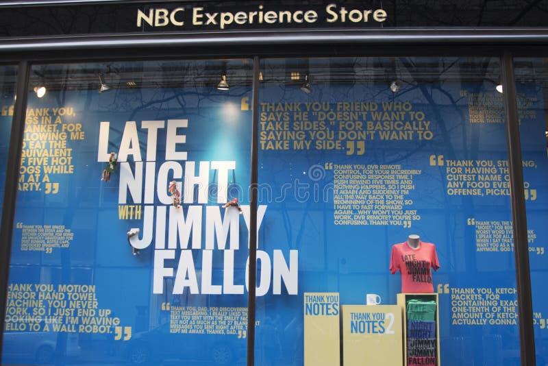 Skärm för fönster för NBC-erfarenhetslager som sent dekoreras med - natt med den Jimmy Fallon logoen i den Rockefeller mitten i mi arkivfoton